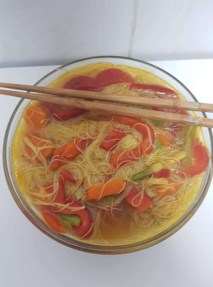 sopa de noodles orientales con soja y verduras
